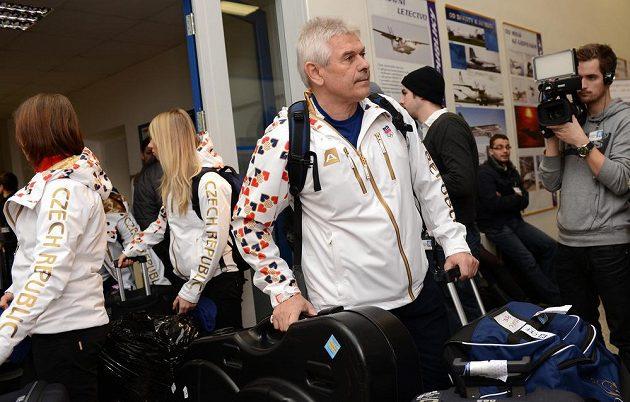 Trenér rychlobruslařů Petr Novák před odletem do Soči na Zimní olympijské hry dne 30. ledna 2014 na kbelském letišti.