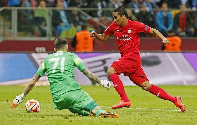 Útočník Sevilly Carlos Bacca obchází brankáře Dněpru Denyse Boyka a střílí svůj první gól ve finále Evropské ligy.