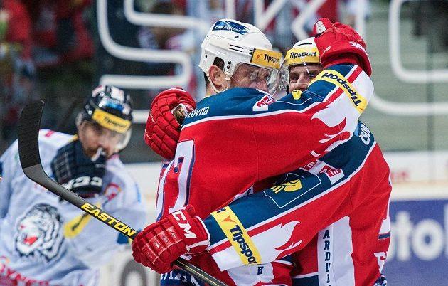 Pardubický útočník Petr Sýkora (vlevo) se raduje se spoluhráčem Lukášem Endálem ze vstřelení gólu na ledě Liberce.