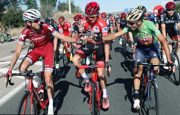 Britský cyklista Christopher Froome (uprostřed) během závěrečné etapy Vuelty tradičně popíjel šampaňské s ostatními cyklisty.