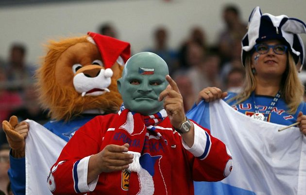 Legendární Fantomas žene české hokejisty v utkání proti Finsku.