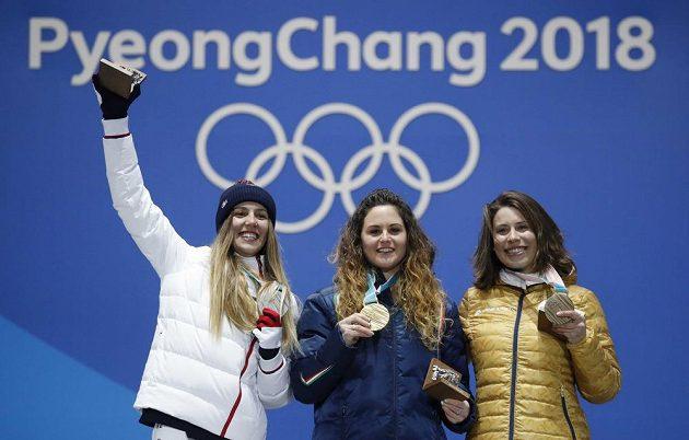 Radost v podání nejlepšího tria olympijského závodu snowboardkrosařek. Vpravo držitelka bronzu - česká reprezentantka Eva Samková.