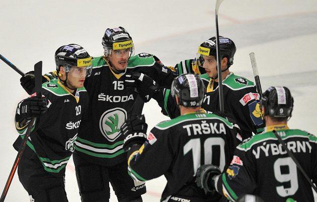 Mladoboleslavští hokejisté se radují z gólu proti Spartě. Zleva Matěj Stříteský, Milan Mikulík, Tomáš Hyka, Petr Trška a David Výborný.