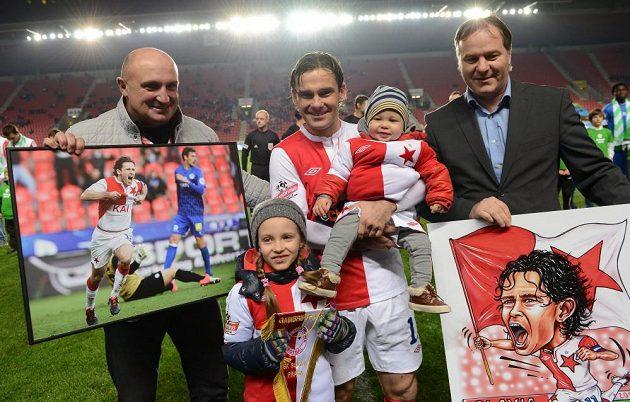 Záložník Slavie Praha Karol Kisel s rodinou a představiteli klubu Jaromír Šeterle (vlevo) a Miroslav Držmíšek se loučí s karierou.