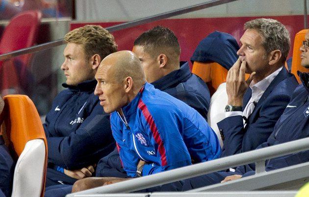 Kapitán Oranje Arjen Robben sleduje zbytek duelu proti Islandu jen z tribuny.
