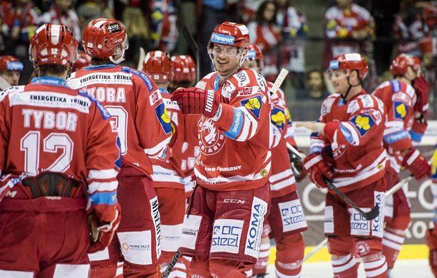 Hokejisté Třince oslavují svou výhru v Pardubicích.