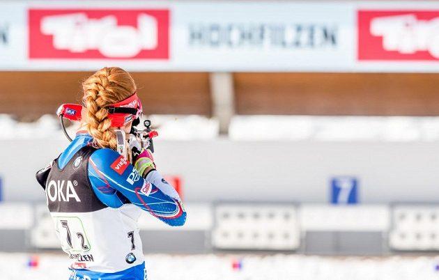 Gabriela Koukalová při střelbě ve stoje během závodu smíšených štafet na MS v rakouském Hochfilzenu.