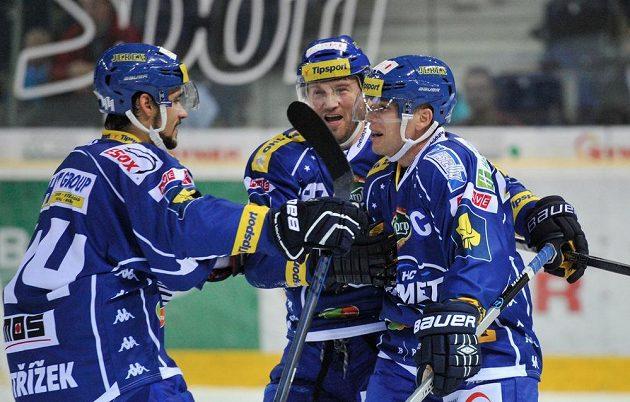 Autor prvního gólu Komety Brno v nové sezóně František Ptáček (vpravo) se raduje se spoluhráči.