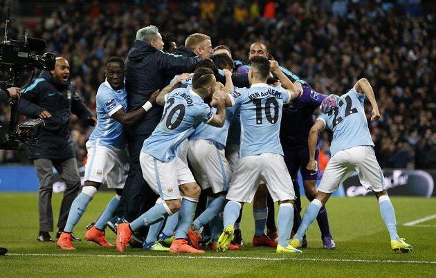 Střelec rozhodující penalty Yaya Toure v klubku hráčů Manchesteru City slaví triumf ve finále Ligového poháru ve Wembley s Liverpoolem.