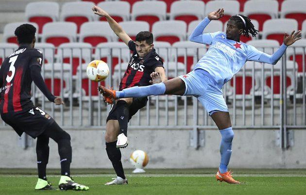 Slávista Peter Olayinka v souboji s hráči Nice.
