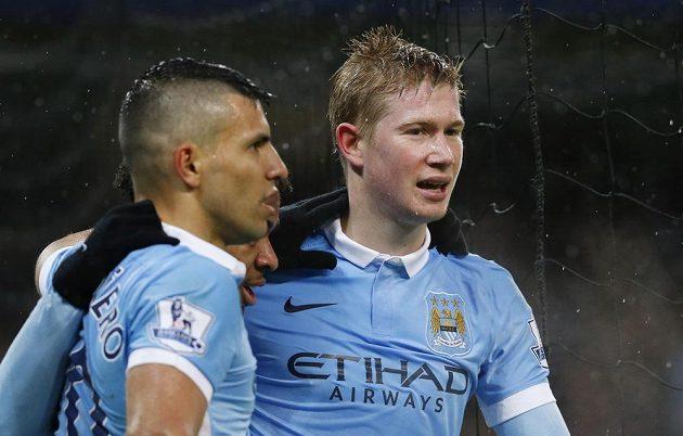 Hráči Manchesteru City Kevin De Bruyne (vpravo) a Sergio Agüero slaví první gól v utkání proti Southamptonu.