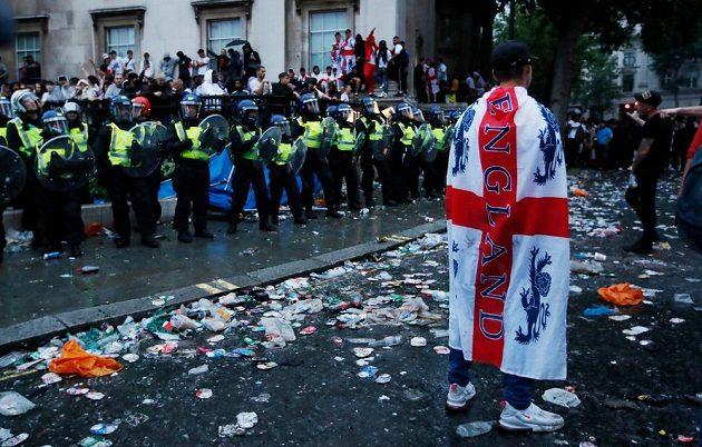 Policie kvůli násilnostem kolem finále fotbalového EURO zatkla 49 lidí.