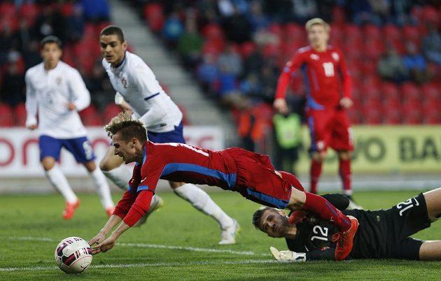 David Houska padá po zákroku portugalského brankáře Daniela Fernandese. Penalta!