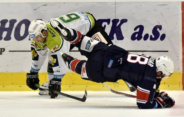Karlovarský útočník Tomáš Bulík (vlevo) v souboji s chomutovským forvardem Jakubem Sklenářem v zápase 20. kola hokejové Tipsport extraligy.