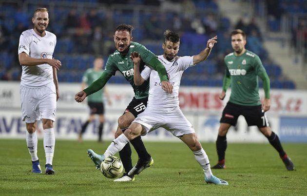 Martin Doležal z Jablonce a Jan Navrátil ze Slovácka bojují o míč.