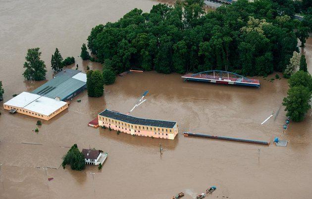 Zaplavené fotbalové hřiště v Roudnici nad Labem.