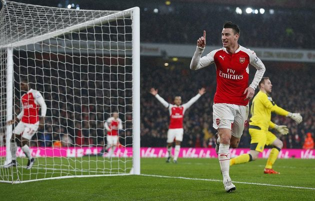 Laurent Koscielny z Arsenalu (vpředu) slaví gól proti Newcastlu v zápase 20. kola Premier League.