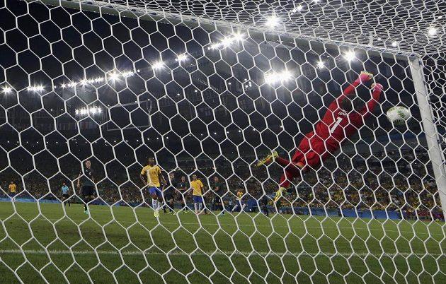 Německý brankář Timo Horn se natahoval marně. Neymarova rána se odrazila od břevna do sítě.