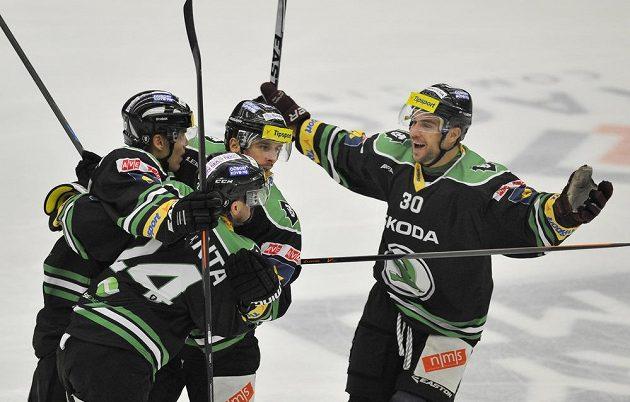 Dominik Pacovský (vpravo) z Boleslavi se raduje z gólu v přestřelce s Brnem.