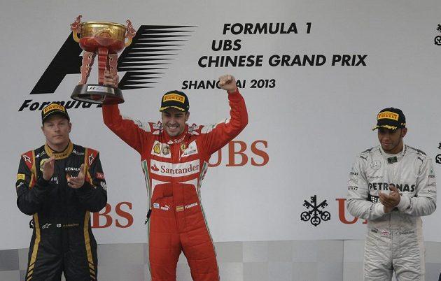 Alonso se raduje s pohárem pro vítěze GP v Šanghaji.