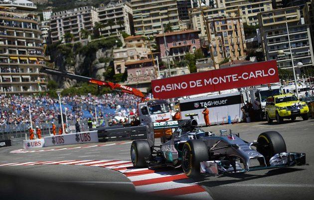 Němec Nico Rosberg s mercedesem na trati v Monaku.