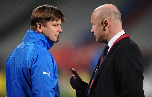 Trenér Viktorie Plzeň Dušan Uhrin (vlevo) a generální manažer klubu Adolf Šádek během předzápasového tréninku na stadiónu Stade de Garland v Lyonu.