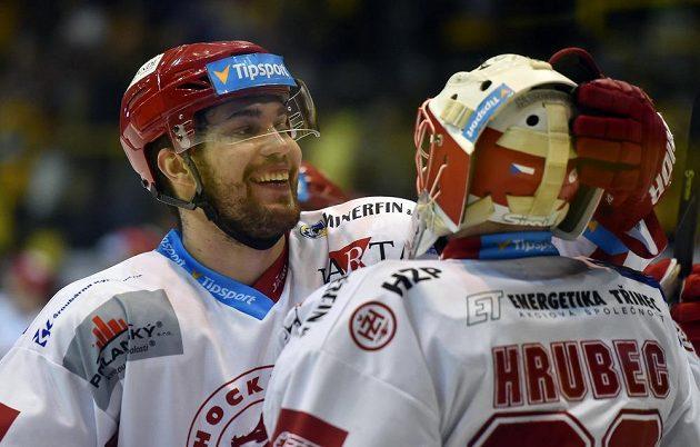 Bohumil Jank a brankář Šimon Hrubec z Třince se radují z výhry.