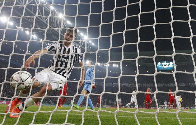 Argentinský útočník Paulo Dybala z Juventusu právě vstřelil kontaktní gól.