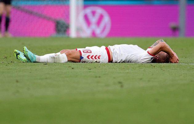 Dánský fotbalista Daniel Wass leží na trávníku v duelu s Ruskem na EURO.