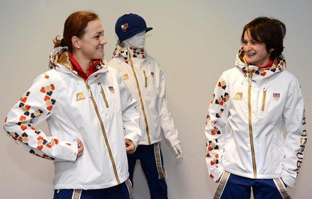 Rychlobruslařky Karolínu Erbanovou (vlevo) a Martinu Sáblíkovou pózování v oficiálním oblečení pro ZOH v Soči evidentně bavilo.