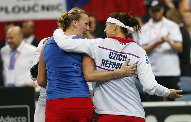 České tenistky Petra Kvitová a Lucie Šafářová oslavují finálové vítězství nad Německem.