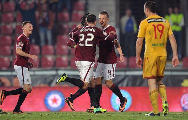 Bořek Dočkal ze Sparty (první zprava) oslavuje první gól během utkání s Duklou.