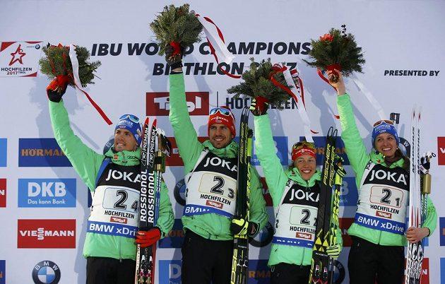 Vítězná štafeta Německa na pódiu. Zleva Simon Schempp, Arnd Peiffer, Laura Dahlmeierová and Vanessa Hinzová.