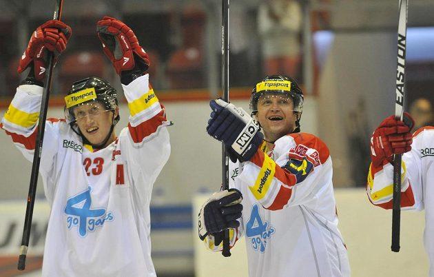 Bek Jiří Ondrušek (vlevo) a útočník Pavel Patera se radují po skončení zápasu proti Vítkovicím s olomouckým publikem.
