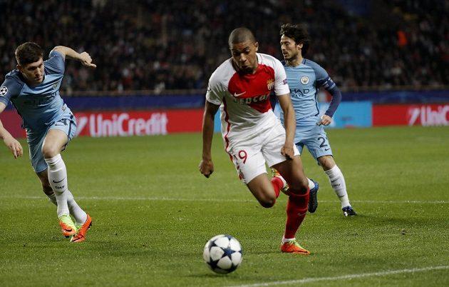 Kylian Mbappé z Monaka utíká Johnu Stonesovi z Manchesteru City.