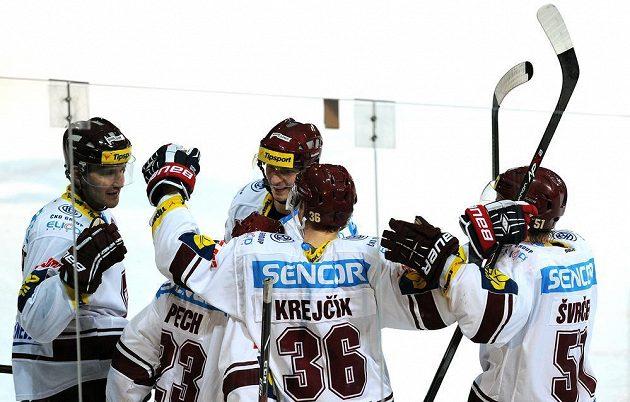 Hokejisté Sparty oslavují pátý gól v utkání proti Karlovým Varům.