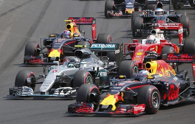 Němec Nico Rosberg (vlevo) a Australan Daniel Ricciardo po startu Velké ceny Maďarska
