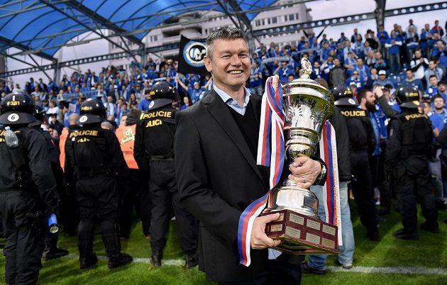 Liberecký trenér David Vavruška s trofejí pro vítěze domácího poháru po úspěšném boji jeho svěřenců s Jabloncem.