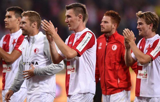 Slávistický záložník Jaromír Zmrhal (uprostřed) děkuje se spoluhráči fanouškům za podporu po utkání s Plzní.