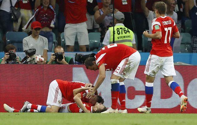 Radost ruských fotbalistů po gólu na 1:0 proti Chorvatsku.
