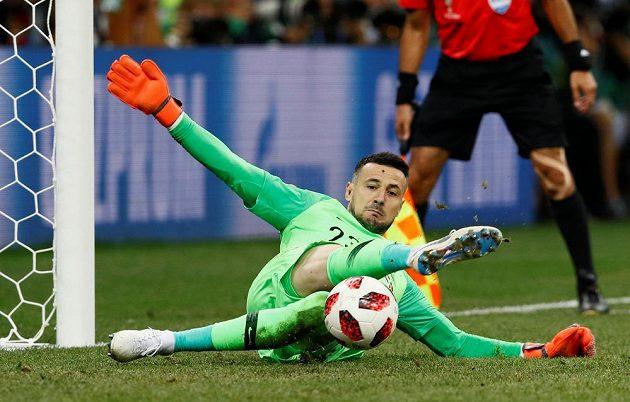 Chorvatský hrdina Danijel Subašič při penaltách čaroval, na snímku chytá pokus Nicolaie Jörgensena.