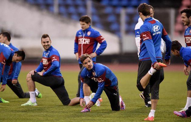 Obránce Filip Novák (uprostřed) si zavazuje tkaničku na tréninku české fotbalové reprezentace před zápasem kvalifikace ME 2016 s Islandem.