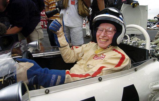 Motoristická legenda Brit John Surtees (na archivním snímku z 10. října 2004), jediný jezdec, který získal titul mistra světa ve formuli 1 i v závodech silničních motocyklů. O jeho úmrtí informovala rodina s tím, že v únoru byl Surtees hospitalizován v londýnské nemocnici kvůli dýchacím potížím.