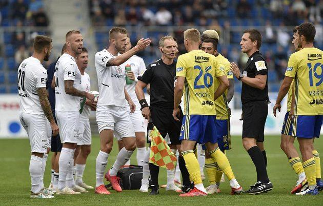 Václav Procházka ze Zlína se dohaduje s hráči Slovácka.