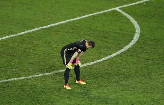 Smutný ruský brankář Igor Akinfejev během utkání se Slovenskem.