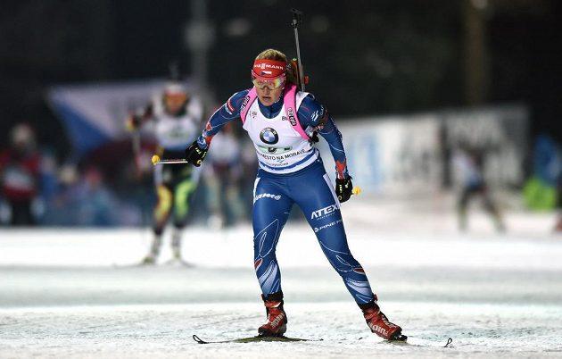 Gabriela Soukalová na trati při závodu smíšených štafet v Novém Městě na Moravě.