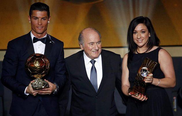 Cristiano Ronaldo a Nadine Kesslerová, držitelé trofejí v rámci vyhlášení ankety Zlatý míč 2014. Mezi nimi prezident FIFA Sepp Blatter.