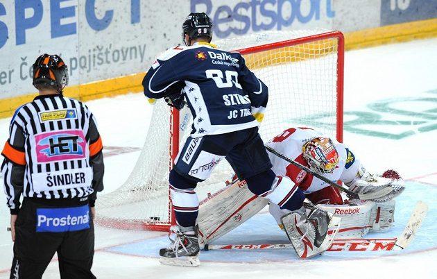 Vítkovický útočník Roman Szturc dává gól brankáři Slavie Dominiku Furchovi a proměňuje rozhodující nájezd.