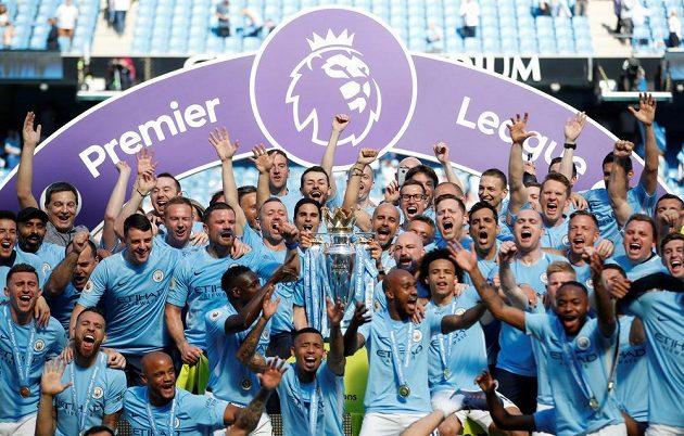 Fotbalisté Manchesteru City s trofejí pro mistra Premier League.