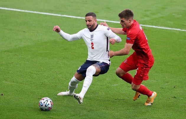 Anglický zadák Kyle Walker (vlevo) bojuje s Joakimem Mählem z Dánska.
